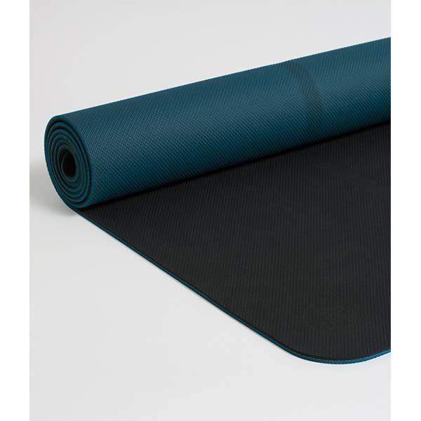 Die welcOMe Matte ist eine komfortabel gepolsterte Yogamatte für Anfänger, die von Anfang an Vertrauen gibt. Ihr reversibles Design zeichnet sich durch einen zentrierten Streifen aus, der während des Übens wertvolle Führungshilfe leistet.