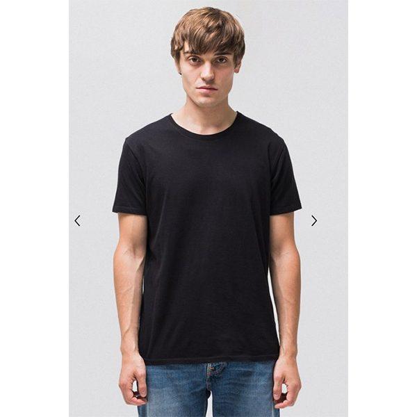 """NUDIEJEANS T-Shirt """"Anders"""" black Beschreibung Das unifarbene T-Shirt mit Rundausschnitt. Rückgrat einer jeden Garderobe. Das Brot und Butter der Textilindustrie. Dieses Modell ist aus einem leichten, glatten Jersey gefertigt, ökologisch und Fairtrade."""
