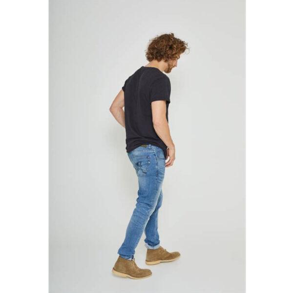Jamie hat eine normale Taille und eine schmale Passform an den Beinen