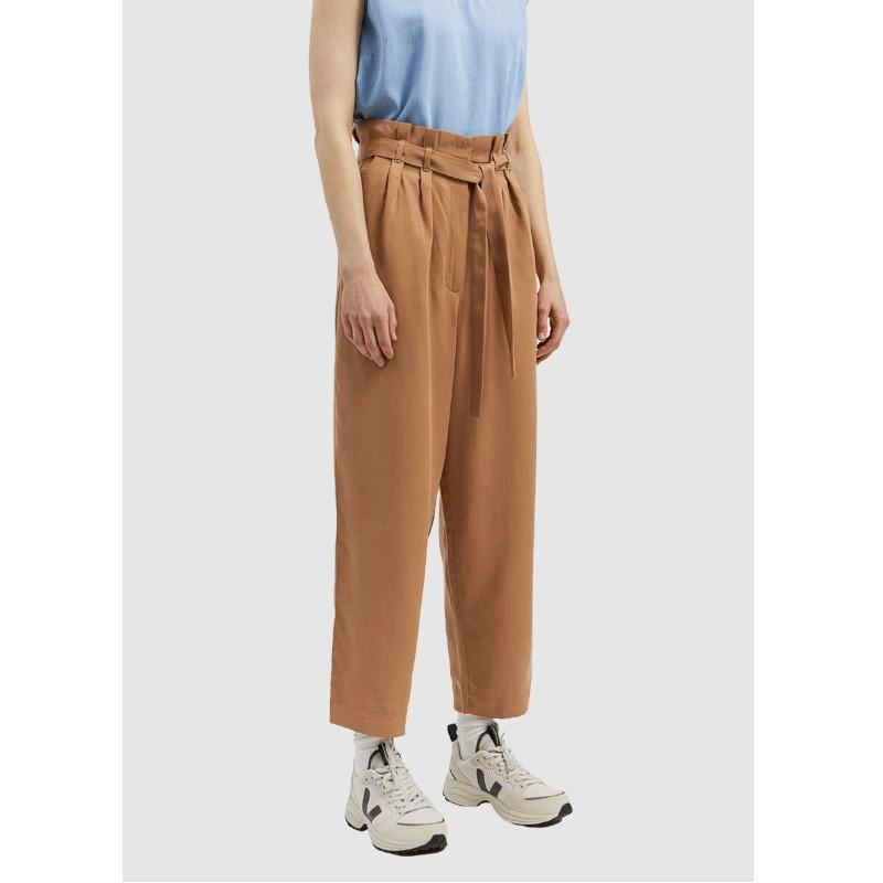 Schöne Paperbag-Hose mit Taillengürtel, das leichte und weiche Material fühlt sich gemütlich an und lässt sich gut mit bunten oder Uni Tops kombinieren.