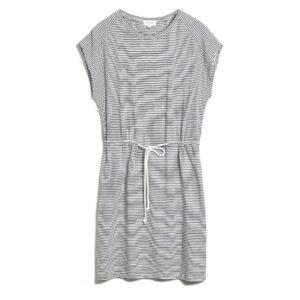 Locker sitzendes Sommerkleid in dunkelblau/weiß. Im schmalen Streifenprint gibt es eine tolle Figur ab. Die Taillenkordel betont die Figur. Das tolle Basickleid von Armedangels begleitet dich an allen heißen Tagen.