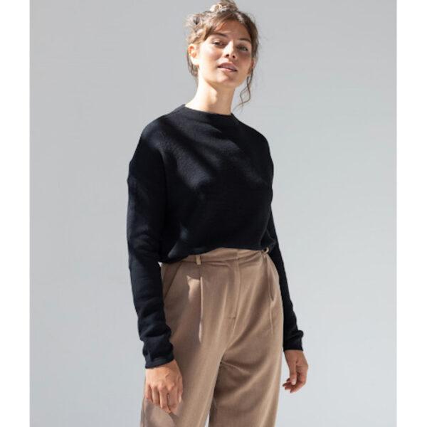 Leichter Strick-Basic-Pullover im schlichten schwarz von Armedangels. Aus weicher Bio- Baumwolle hergestellt und fair produziert.