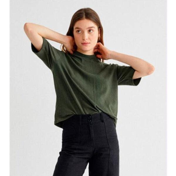 Locker geschnittenes Shirt mit kurzen Ärmeln aus Hanf und Bio- Baumwolle.