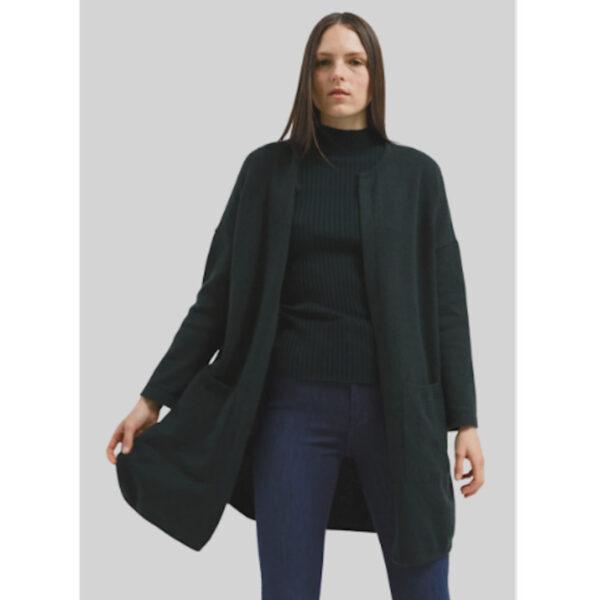Cardigan im Bio-Woll Mix. Dunkles Grün begleitet dich durch kalte Tage. Mit den aufgesetzten Taschen bist du bestens ausgestattet.