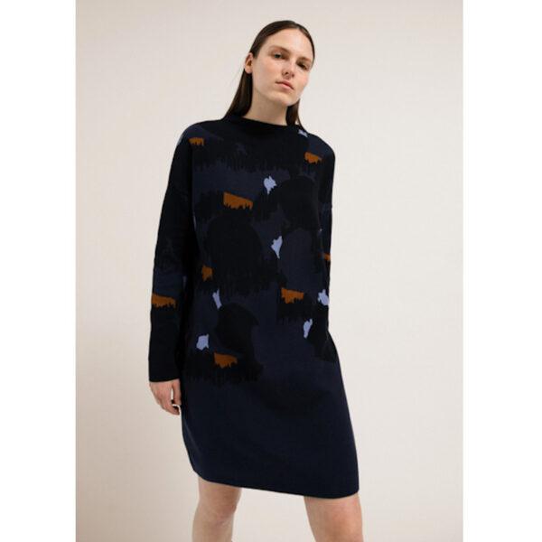 Weiche Bio-Baumwolle trifft auf herbstliches Farbspiel. Leggings drunter und du bist startklar für deinen Tag. Ein Armedangels Kleid mal anders.