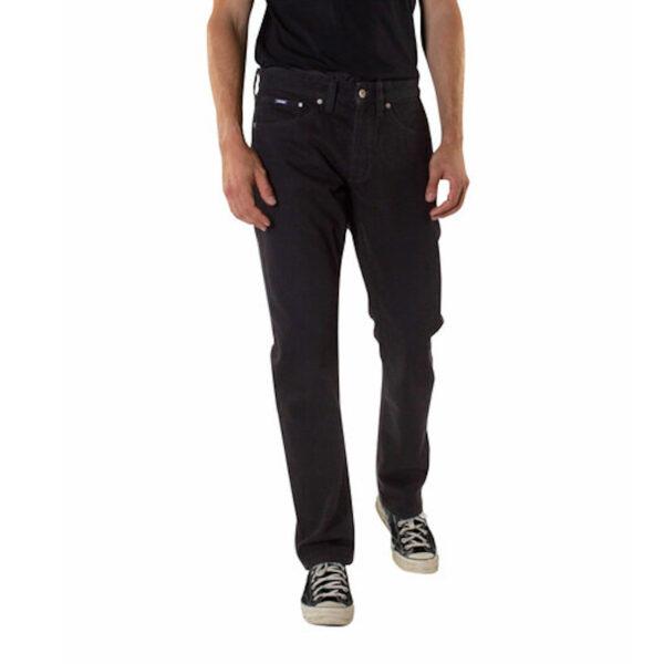 Klassische Five-Pocket-Jeans für Herren aus 100 % Bio-Baumwolle. Der weiche und formstabile Jeansstoff sowie die bequeme Passform sorgen für ein spürbar gutes Tragegefühl. Das Hosenbein verläuft gerade mit schmal zulaufender Beinöffnung. Verschlossen wird die Jeans mit Reißverschluss. Zwei Eingriffstaschen vorne, eine kleine Uhrentasche sowie zwei Gesäßtaschen geben der Jeans den typischen 5-Pocket-Stil. Eine klasse Jeans aus Bio-Baumwolle in der Man(n) sich den ganzen Tag wohlfühlt und die zu zahlreichen Outfits kombiniert werden kann.