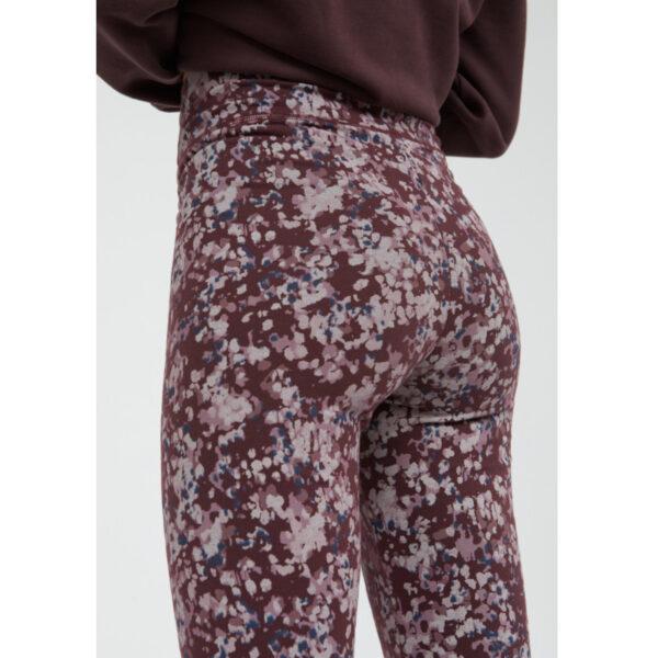 """Farbenfroh und hoch geschnitten, so perfekt passt die neue """"Faribaa early blossom"""" zu deinem Jeansrock."""