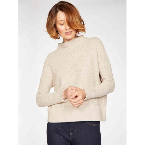 Bequemer Schnitt mit Turtleneck und einer feinen Strickoptik, er hält dich dank der Wolle schön warm und lässt sich in der zeitlosen Farbe super kombinieren.