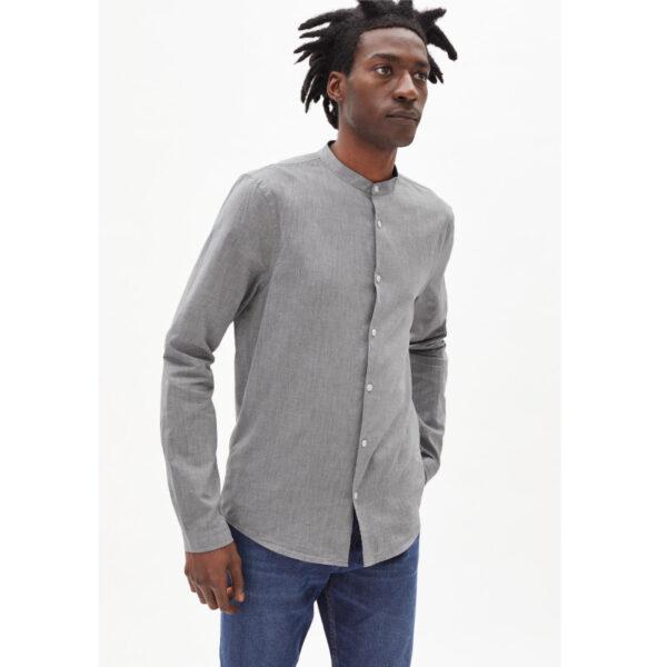 Schlichtes Stehkragenhemd von Armedangels, die weiche Bio-Baumwolle ist ideal für laue Sommerabende oder frische Frühlingstage.